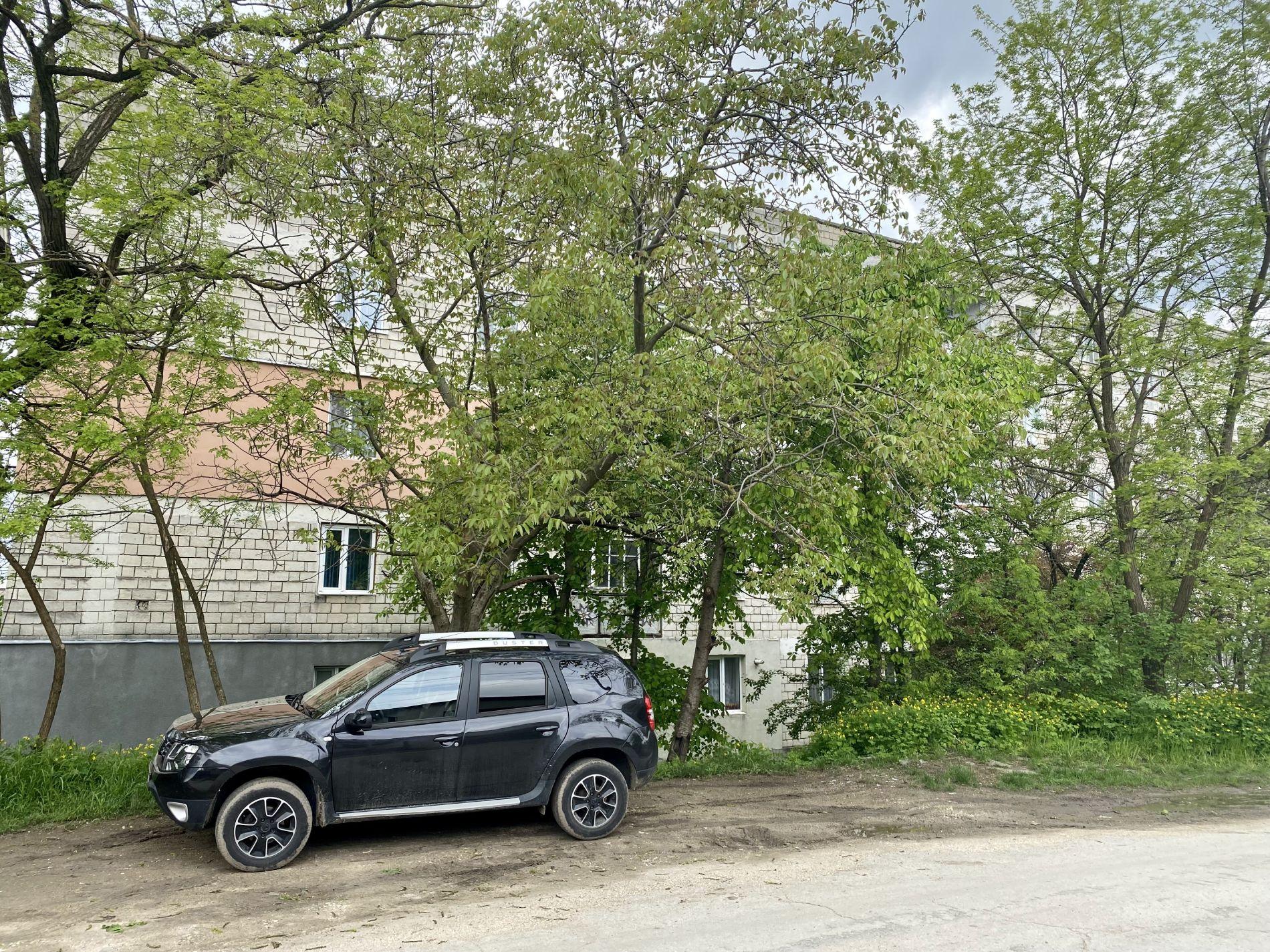 Mașina lui Vasile Secrieru parcată în spatele blocului în care locuiește