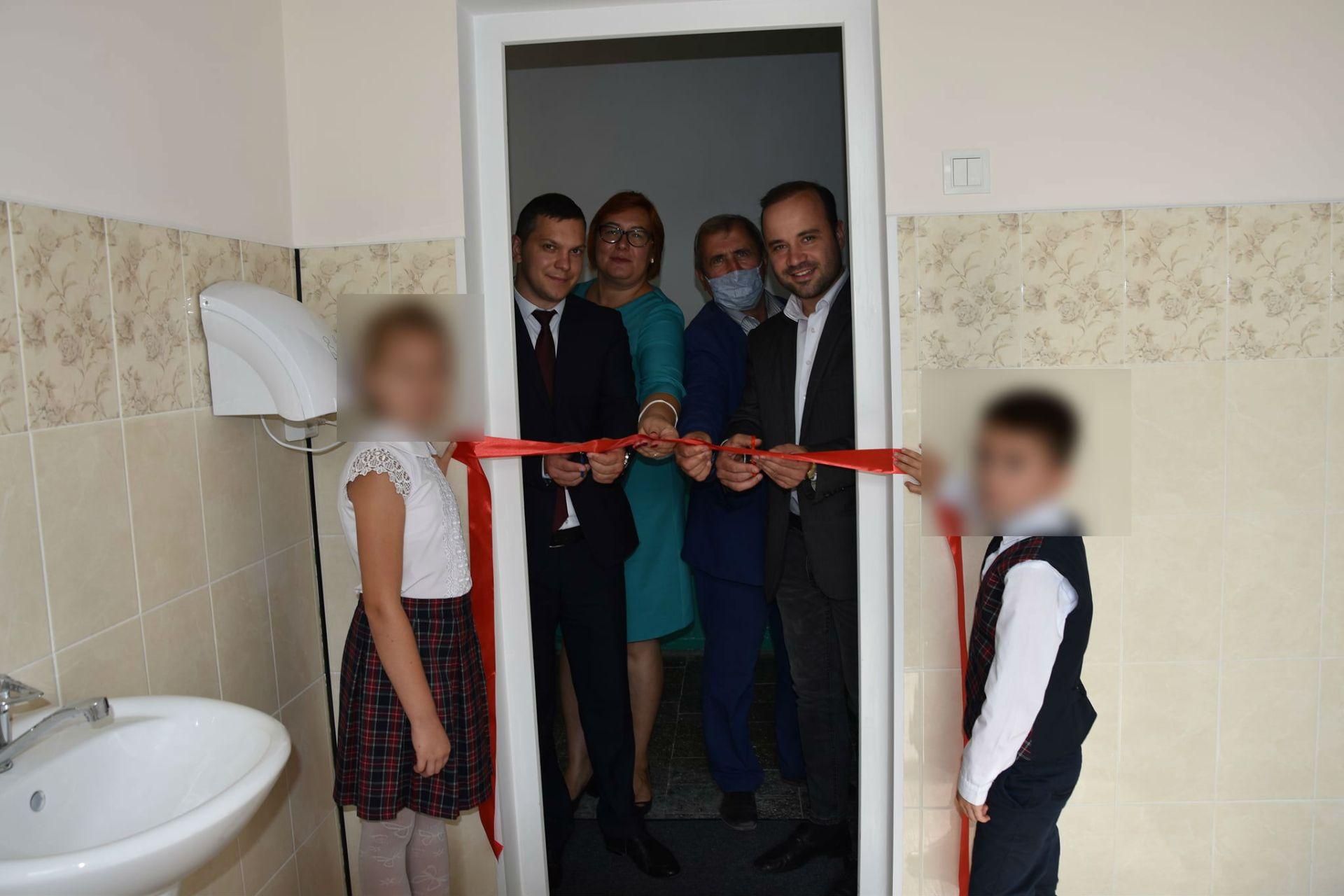 Vasile Secrieru și Vladimir Mizdrenco la inaugurarea unui WC în incinta unei școli
